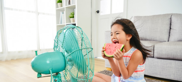 Does the use of electric fans contribute to or impede heat loss during a heatwave?